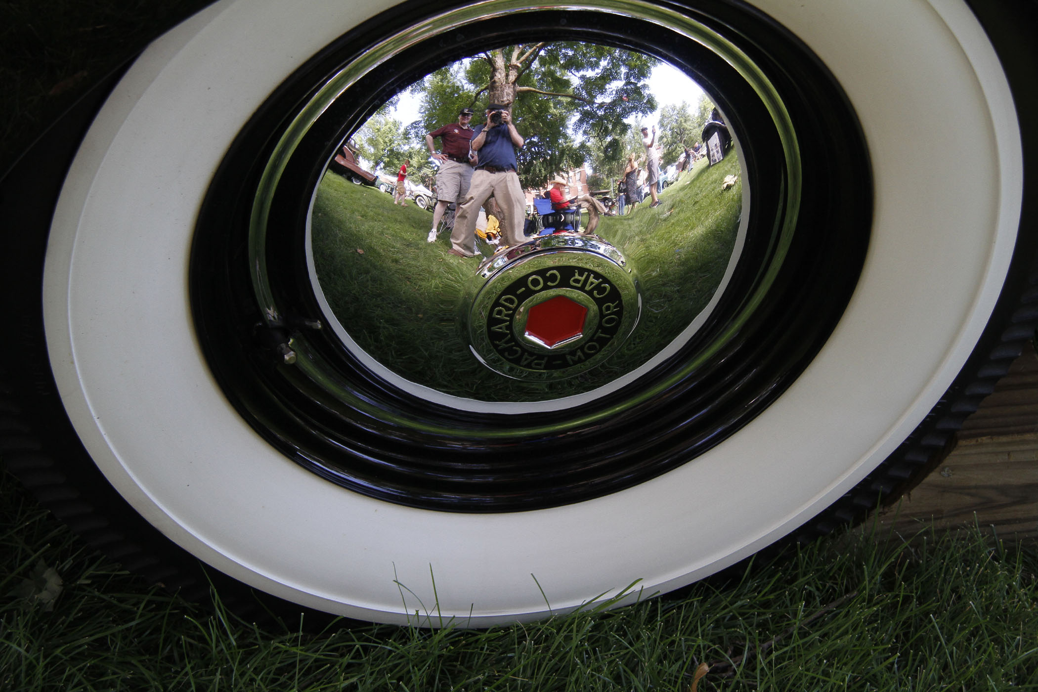 ALBERT_AND_DALE_REFLECTION_ON_PACKARD_HUB_CAP